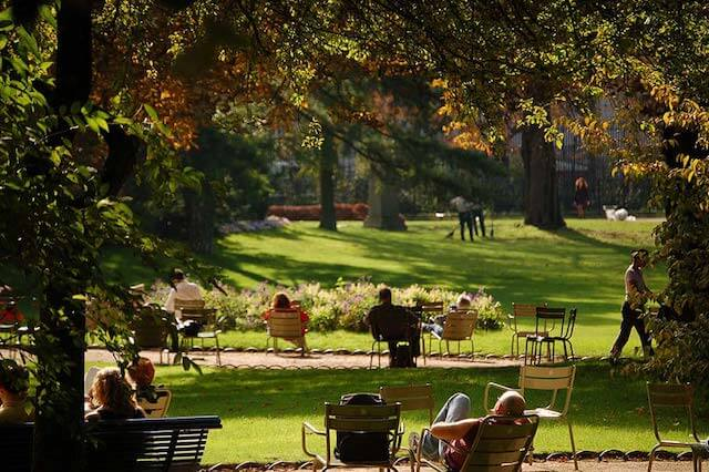 Pessoas descansando nos bancos do Jardim de Luxemburgo