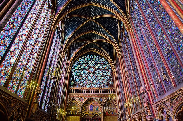 Vista do interior da Capela Sainte Chapelle em Paris