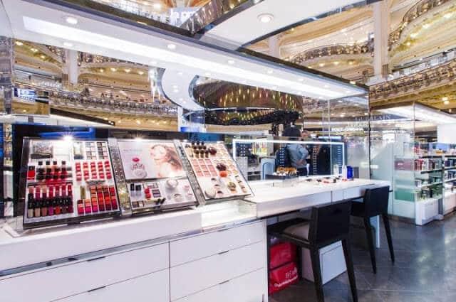 Maquiagens em lojas de departamento em Paris