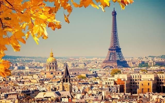 Vista da Torre Eiffel em Paris em outubro