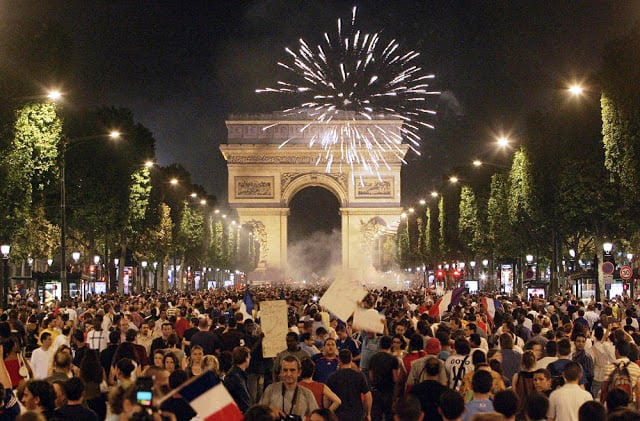 Champs Élysées em Paris em festa