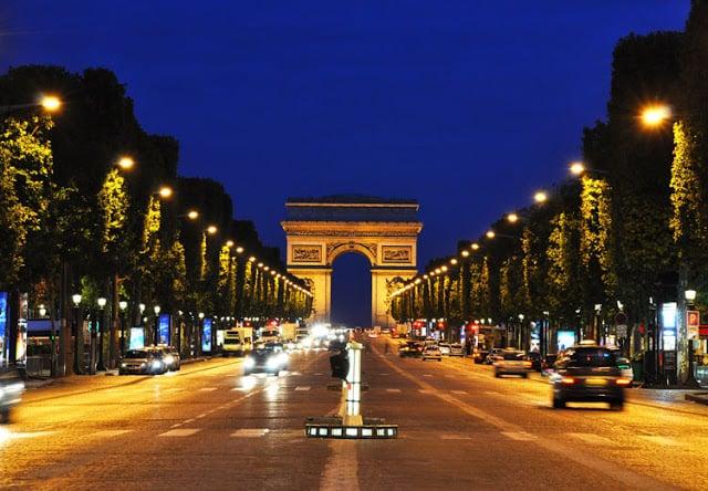Champs Élysées em Paris de noite