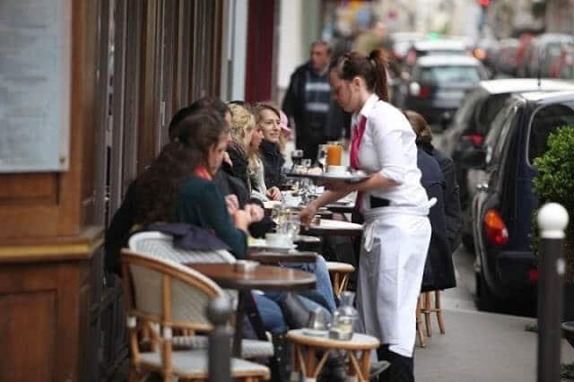 Garçonete em um restaurante em Paris