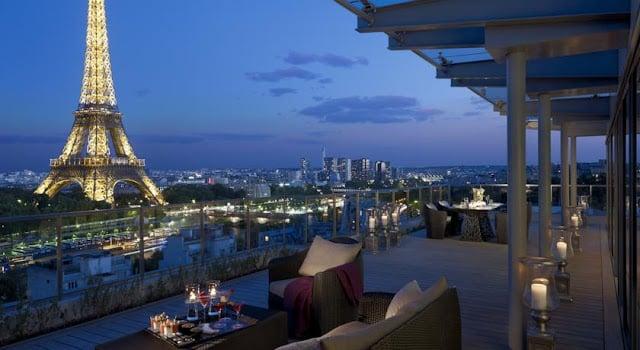 Vista do hotel de luxo em Paris