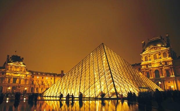 Museu do Louvre em Paris em março