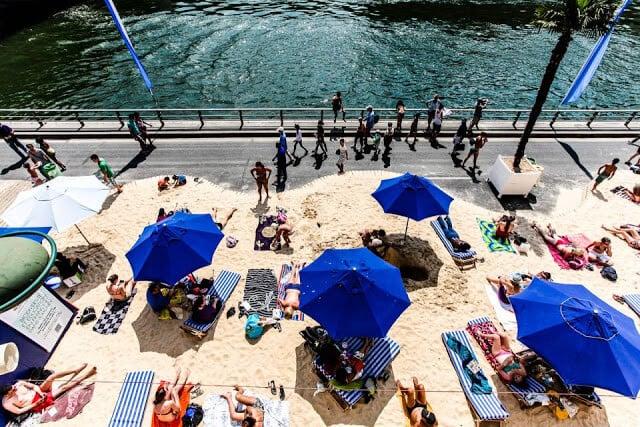 Praia artificial em Paris