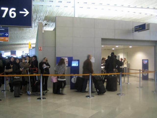 Fila no aeroporto de Paris