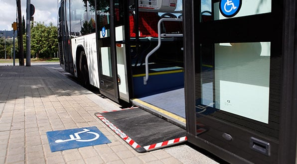 Rampa de ônibus para deficientes físicos em Nice