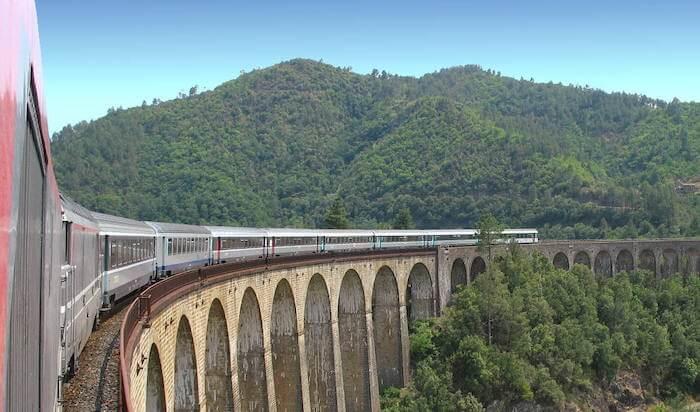 Trem passando pela França
